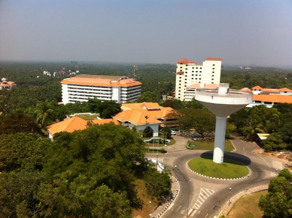 インド最大のITパーク 周りは見渡す限り緑一色