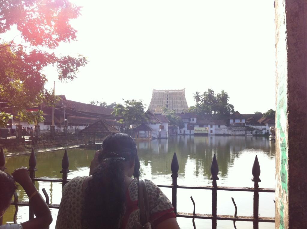 池のほとりから見えるPadmnabhaswamy temple