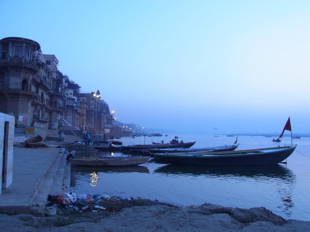 日の出前。幻想的なガンジス河のほとり。