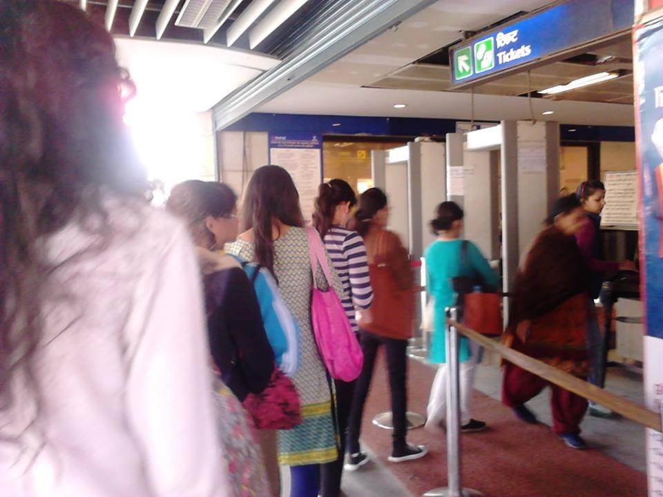 最寄駅にて女性の長蛇の列